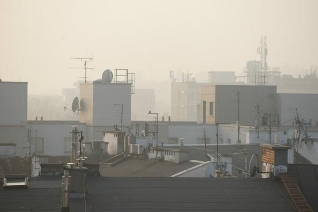 Przez ciężkie, bezwietrze powietrze w Poznaniu wzrosło stężenie pyłu PM10, który może być bardzo groźny dla ludzi. Jego ziarenka są tak małe, że przenikają w głąb płuc