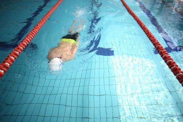 Z zakazu wyłączone są baseny przeznaczone do realizacji, m.in. szkolnych zajęć sportowych