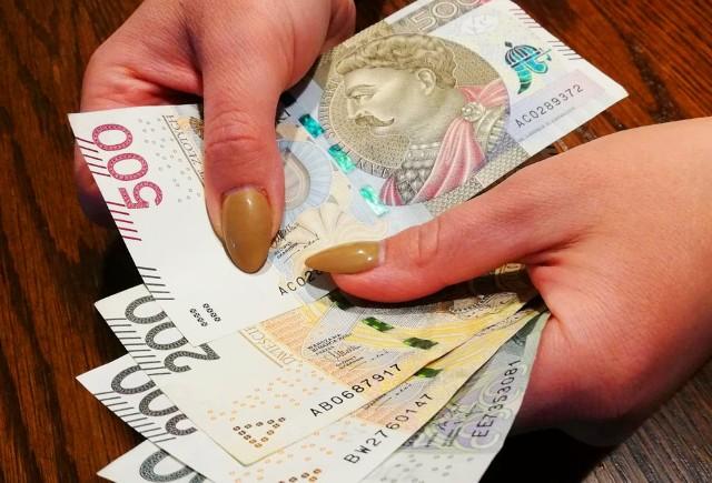 """Pensja minimalna w Polsce w 2022 roku wyniesie 3010 złotych. Najniższe wynagrodzenie pobiera około 2,2 miliona pracowników. Ile dostaną na rękę?● Wyliczenia netto dla płacy minimalnej, jak również przykładowych wyższych wynagrodzeń znajdziesz na kolejnych stronach. W wyliczeniach uwzględniamy zmiany podatkowe, które rząd chce wprowadzić w ramach programu """"Nowy ład"""".▶ Przejdź dalej, by sprawdzić ▶"""
