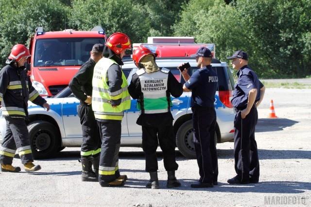 Na miejscu pracują grupy chemiczne z Komendy Miejskiej Państwowej Straży Pożarnej z Opola oraz Komendy Powiatowej PSP z Kędzierzyna-Koźla. Jest tez policja oraz inspektorzy ochrony środowiska.