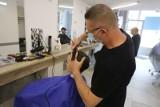 Strzyżenie męskie w czasach pandemii - w łódzkich salonach ruch jest umiarkowany