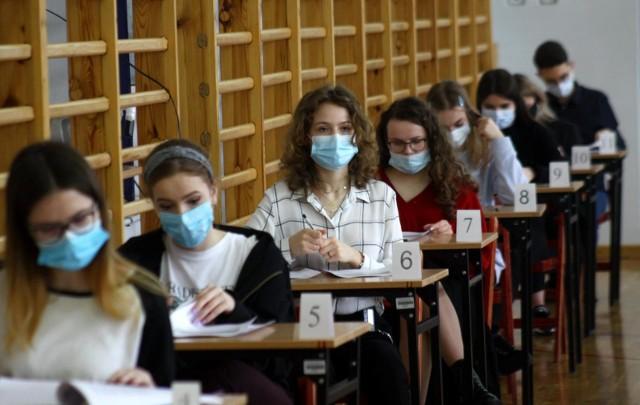 W 2021 roku, w związku z trwającą od wielu miesięcy nauką zdalną, ministerstwo edukacji ograniczyło wymagania z języka polskiego i pozostałych przedmiotów. Ma to ułatwić młodzieży zaliczenie egzaminu. Nadal jednak trzeba zdobyć przynajmniej 30 proc. punktów z każdego z egzaminów obowiązkowych, aby zdać maturę