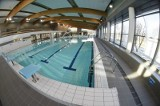 Dlaczego rząd zamknął baseny? Nie rozumie tego nawet wirusolog