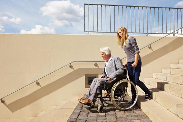 warunki techniczne niepełnosprawniZmiany w przepisach mają m.in. pomóc w likwidacji barier architektonicznych utrudniających życie osobom niepełnosprawnym.
