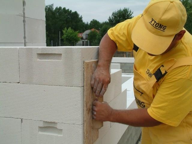 Ściany jednowarstwoweBudowa domu to niełatwa sztuka. Szczególnie jeśli wznosimy ściany jednowarstwowe, należy bardzo uważać, żeby nie powstały mostki termiczne.