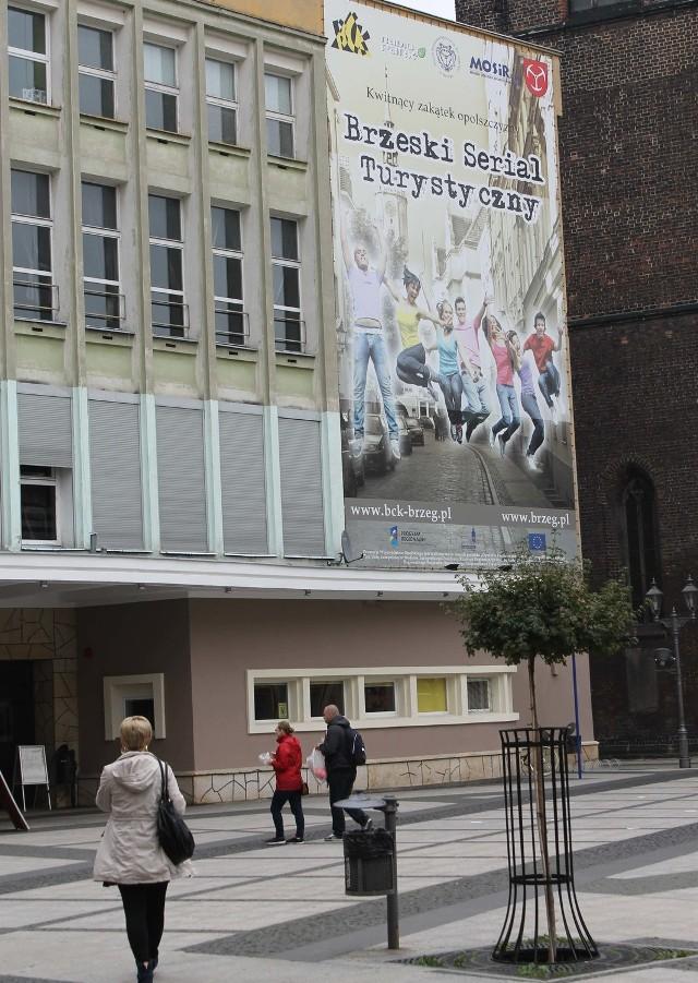 Śladem po unijnym projekcie pozostał ten efektowny wielki baner na budynku domu kultury z nieaktualną informacją o dofinansowaniu imprez.