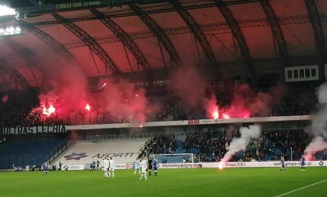 Kibice Lechii Gdańsk obrzucali sektor fanów Kolejorza po tym, jak kibice Lecha pokazali odwróconą do góry nogami zdobytą oprawę kibiców gości
