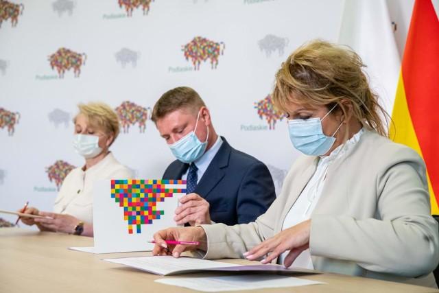 Podpisanie porozumienia w sprawie wsparcia psychologicznego dzieci i młodzieży w powrocie do szkoły pomiędzy członkami Zarządu Województwa Podlaskiego oraz dyrekcją szpitala psychiatrycznego w Suwałkach.
