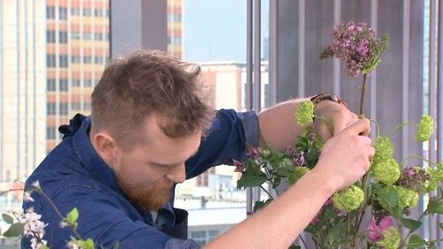 Jakie kwiaty wybrać dla mamy, cioci i żony? (WIDEO)Są jednak rośliny, które szkodzą innym roślin, dlatego nie powinno łączyć się ich w kompozycjach kwiatowych. Należą do nich narcyzy i hiacynty. Jeśli jednak zależy na na użyciu tych roślin w bukiecie, to powinniśmy zamknąć końcówki ich łodyg, zanurzając je w gorącej wodzie.