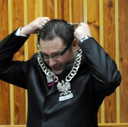 Daniel Miłostan zakłada łańcuch przewodniczącego rady gminy. Czy przedostatni raz?