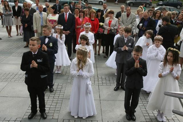 Maj tradycyjnie upłynie pod znakiem pierwszych komunii, do których przystępować będą głównie trzecioklasiści. Dla całych rodzin wiernych kościoła katolickiego to wielkie wydarzenie religijne, ale i wyzwanie. Uroczystość jest okazją do obdarowania dziecka prezentami. O czym dzieci marzą? Co kupują rodzice, chrzestni, dziadkowie, ciocie, wujkowie i inni zaproszeni goście?Pogoda na poniedziałek: