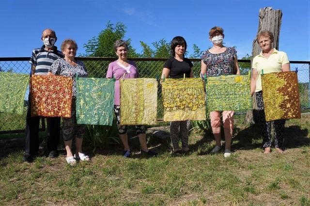 Seniorzy z Chraboł nauczyli się tworzenia obrazów artystycznych metodą batikowania z wykorzystaniem wosku i barwników do tkanin