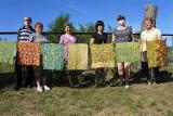 W Chrabołach seniorzy się nie nudzą - woskowali i farbowali tkaniny