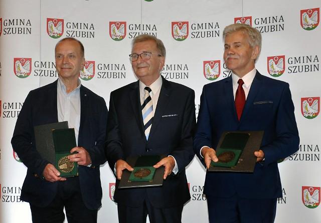 Gala wręczenia medali. Od prawej stoją: Franciszek Sobiechowski, Andrzej Wrona i Zbigniew Szkulmowski, który odebrał medal przyznany Wandzie Szkulmowskiej