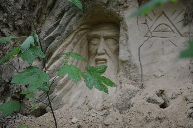 Stwórca i oko Boga.  Jedna z wąwozowych rzeźb Wojciecha Sochy. To najnowsze dzieło, powstało kilka tygodni temu. Na małym zdjęciu: artysta ma głowę pełną pomysłów. Z wielkiego gara do mieszania ciasta  i konewki stworzył sobie miejsce do kąpieli.