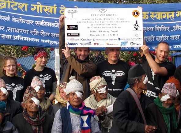 Lekarze z Poznania ze swoimi pacjentami podczas jednego z pobytów w Nepalu.
