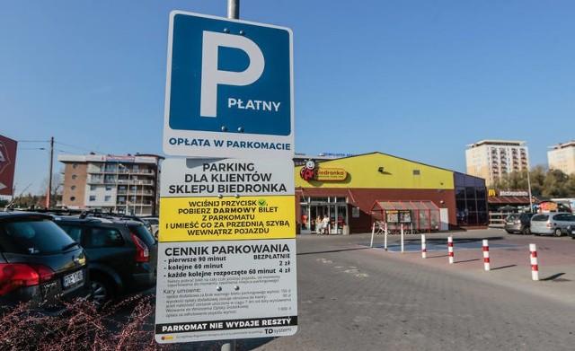 Sieci handlowe zbuntowały się przeciwko praktyce wykorzystywania parkingów przy sklepach w celu darmowego parkowania. W efekcie? Zabrakło miejsc dla klientów, którzy przyjechali na zakupy. Problem dotyczy głównie parkingów w centrach miast, ale nie tylko. Coraz częściej przy sklepach stawiane są więc parkometry.Sprawdziliśmy, w jakich sklepach nie zostawimy auta za darmo i ile ewentualanie może nas kosztować parkowanie. Informacje w nastęnej części naszej galerii.
