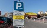 Coraz więcej płatnych parkingów przy sklepach. Sprawdź, gdzie nie zostawisz auta za darmo [lista sklepów, ceny biletów parkingowych]