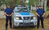 Wieluńscy policjanci eskortowali do szpitala samochód z rannym mężczyzną. Mężczyzna zranił się podczas prac gospodarczych