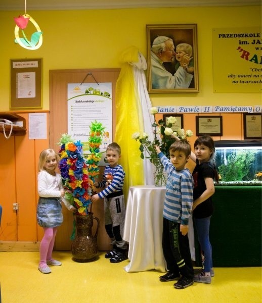 Jan Paweł II - patron przedszkola nr 30Jan Paweł II jest patronem wielu szkół i przedszkoli m.in. PS nr 30 przy ul. Piastowskiej. Tutaj postać papieża Polaka jest doskonale znana. Jego nauki są ciągle żywe.