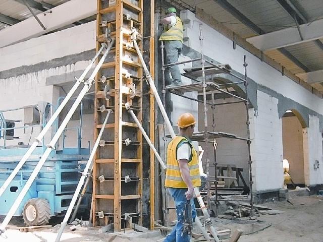 Prace budowlane w galerii znowu idą pełną parą. Nowa ekipa gwarantuje, że zdąży do sierpnia (fot. Michał Szczęch)