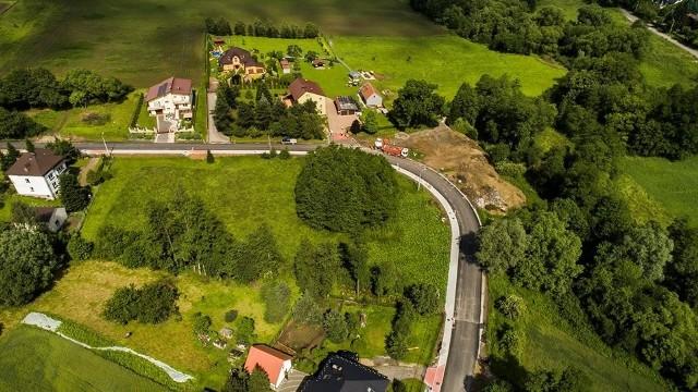 Droga przez Janowice jest kompleksowo przebudowywana na długości 2,3 km. Zakończenie robót nastąpi w październiku br.