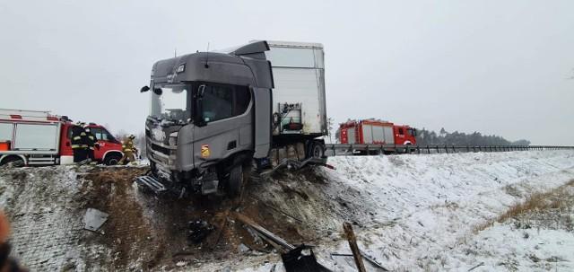 Na trasie S5 w kierunku Poznania, niedaleko Rawicza, tir wpadł w poślizg, wypadł z drogi i uderzył w barierki