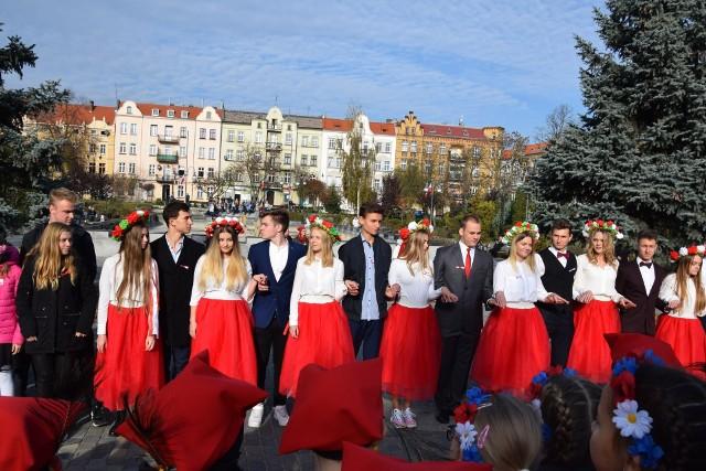 Polonez z wykonaniu uczniów z Nowej Soli z okazji 101. rocznicy odzyskania przez Polskę niepodległości