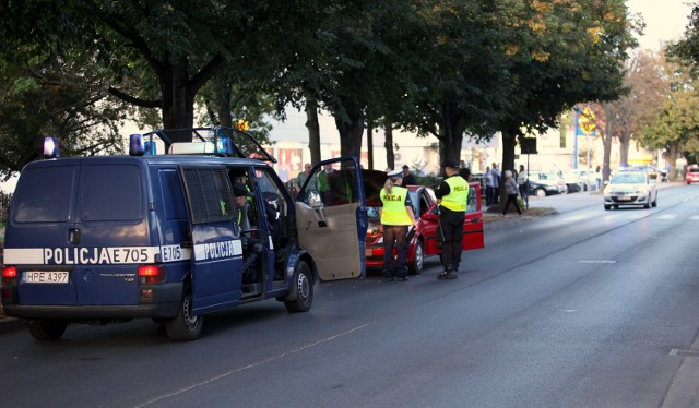 Artur SzymczakW sobotę, 24 września, około godziny 18.30 na przejściu dla pieszych na ul. Matejki w Gorzowie 18-latek jadący oplem vectra potrącił dwóch mężczyzn przechodzących po przejściu dla pieszych.Zdarzenie miało miejsce o okolicach sklepu Biedronka i Lidl. - Najprawdopodobniej kierujący samochodem osobowym nie ustąpił pierwszeństwa osobom przechodzącym po przejściu dla pieszych - mówi st. sierż. Grzegorz Jaroszewicz z zespołu prasowego lubuskiej policji.Potrąceni mężczyźni to 50 i 40-latek. Zostali przewiezieni do szpitala. Na tą chwilę nie wiadomo jeszcze jak zostanie zakwalifikowane to zdarzenie. Kierowca opla był trzeźwy.Zobacz też: Tragiczny wypadek na drodze S3, na obwodnicy Gorzowa. Nie żyje kierowca mercedesa