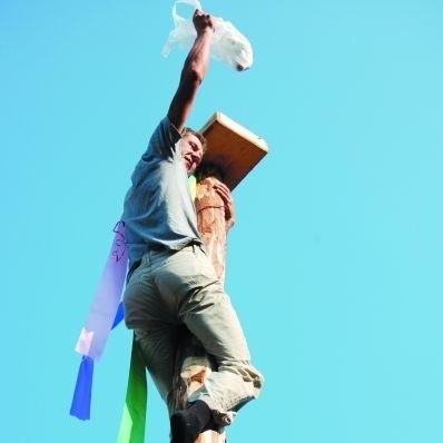 Tradycją zabawy dożynkowej jest konkurencja wspinania się na słup. W tym roku zwyciężył Grzegorz Chmielewski z Zawad Ełckich.