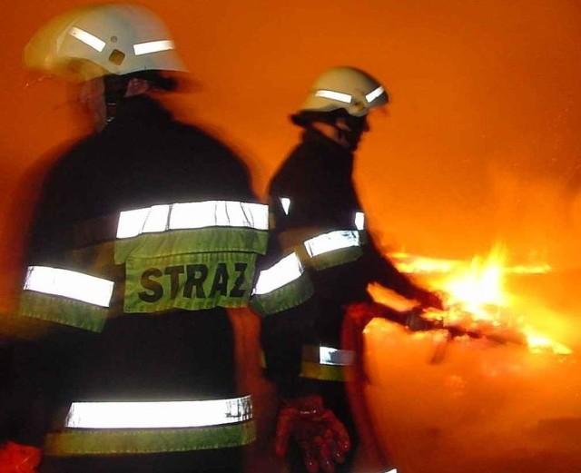 Straż pożarna gasiła pożar drewnianego domu w miejscowości Krynki