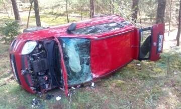 Uderzenie było na tyle silne, że odrzuciło samochód na pobocze.