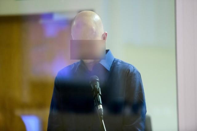 Tomasz J. był oskarżony o zabójstwo pięciu osób, usiłowanie zabójstwa kolejnych 34 osób, znieważenie zwłok swojej żony i spowodowanie wypadku drogowego, w którym ciężko ranny został jego syn.