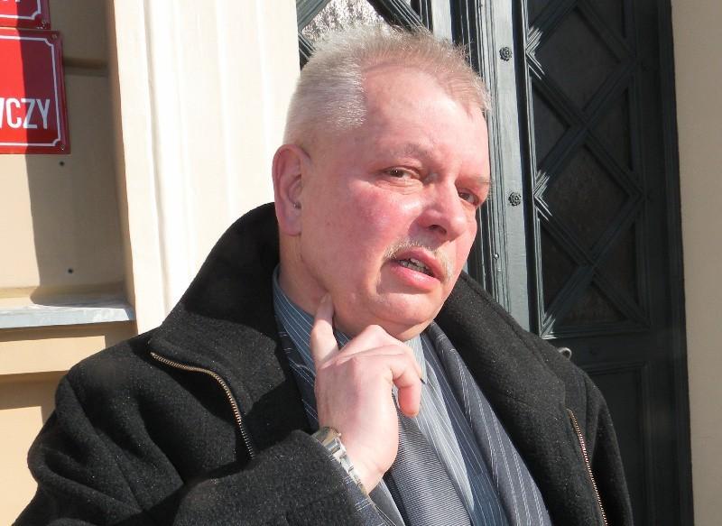 Władysław Lisowski pokazuje miejsce ugodzenia nożem....