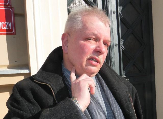 Władysław Lisowski pokazuje miejsce ugodzenia nożem. Mężczyzna cudem uszedł z życiem. Ostrze minęło tętnicę o milimetry.