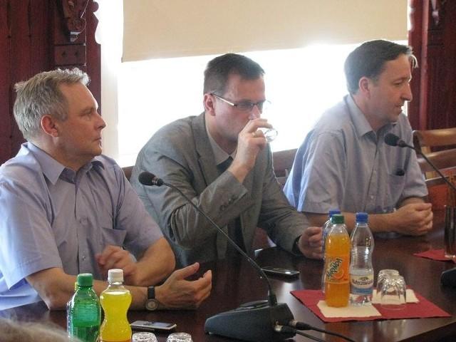 Od lewej: p.o. burmistrza Drezdenka Maciej Pietruszak, prezes Wielkopolskiej Spółki Gazownictwa Zdzisław Kowalski i poseł Witold Pahl.