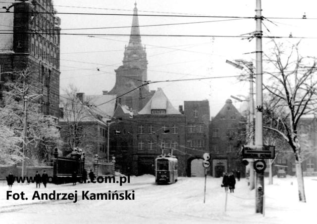 Na zdjęciu zaśnieżony tramwaj wyjeżdżający spod Łuku Cezara na przełomie 1969 i 1970 roku, a więc na kilka miesięcy przed likwidacją linii przecinającej starówkę.Zobacz też:Toruńska starówka na unikalnych zdjęciachTak zmieniały się dworce w Toruniu
