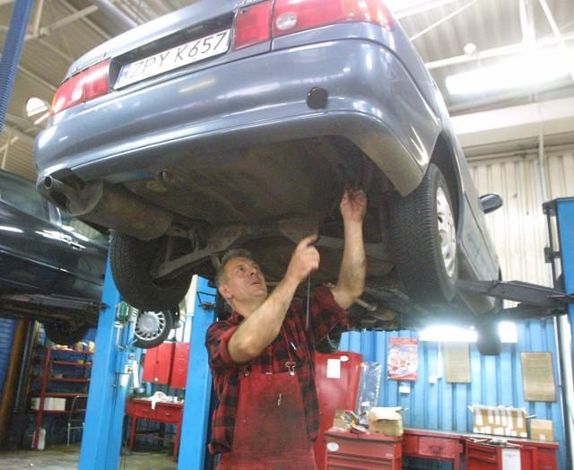 Krzysztof Wesołowski, mechanik ze szczecińskiego Polmozbytu uważa, że napęd LPG jest bezpieczniejszy niż tradycyjny.