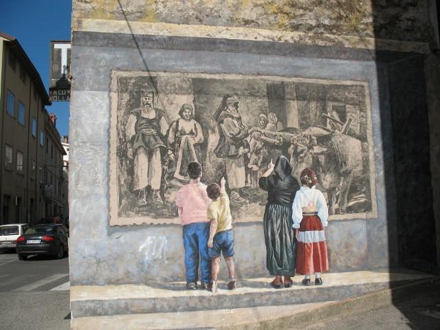 Graffiti, którego głównym tematem jest... graffiti... Na Sardynii malowidła na ścianach poświęcone są głównie tradycjiZobacz niezwykłe domyZobaczcie niezwykłe cmentarze