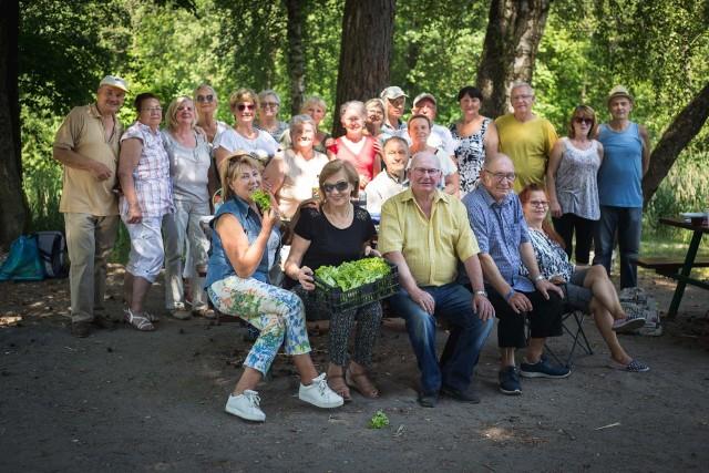 Emerytura nie musi być nudna. Słupscy seniorzy spotkali się w Parku Trendla. Przy wspólnym ognisku przywitali lato.