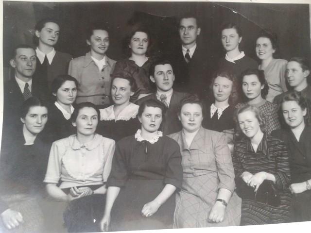 Pamiątkowe zdjęcie absolwentów z 1950 roku