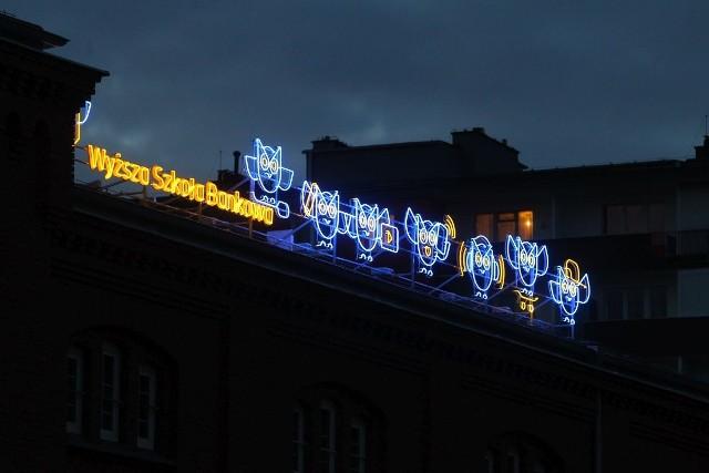 """W Poznaniu można podziwiać nowy neon. Znajduje się na ceglanym budynku przy ul. Ratajczaka, naprzeciwko Starego Browaru. Jego autorem jest Maciej Burda, zwycięzca konkursu """"Stwórz Neon Wyższej Szkoły Bankowej"""".Przejdź do kolejnego zdjęcia --->"""