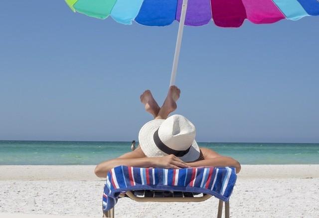 [b]Stan naszej skóry po gorących, wakacyjnych miesiącach, pozostawia wiele do życzenia. Słońce mocno ją wysusza przez co potrzebuje nawilżenia i intensywnej opieki. Poznaj TOP 5 domowych sposobów pielęgnacji skóry po lecie>>> ZOBACZ WIĘCEJ NA KOLEJNYCH ZDJĘCIACH