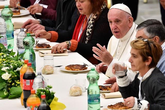 Na Dzień Ubogich papież Franciszek zaprasza na obiad ponad tysiąc biedaków, z którymi wspólnie spożywa posiłek. Na zdjęciu obiad papieża z 1500 nędzarzami w listopadzie 2018 roku