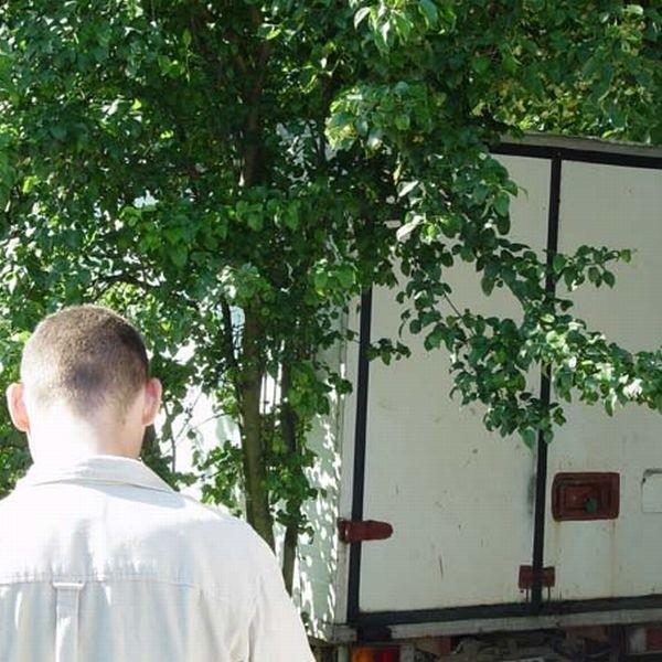 W tej furgonetce była prowadzona specjalistyczna plantacja 88 drzewek konopi