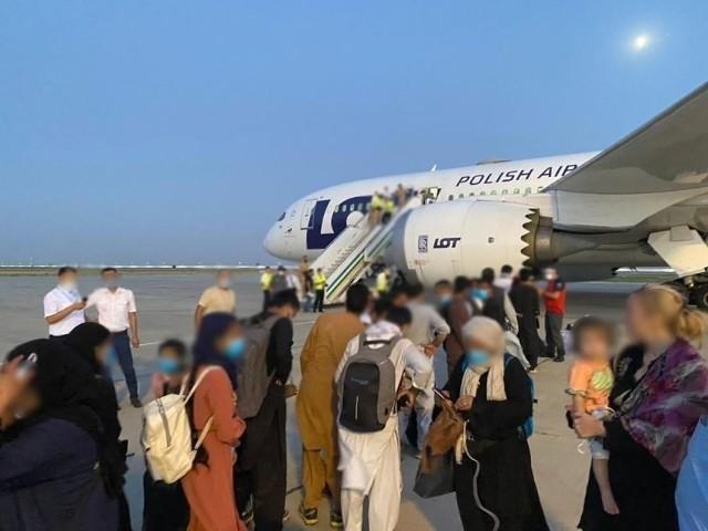 W piątek, 3 września do Poznania przyleci 250 uchodźców z Afganistanu. Grupa przyleci z bazy w niemieckim Ramstein. Jak wyjaśnia w rozmowie z RMF FM minister Michał Dworczyk, będą oni mieszkać przez trzy miesiące w hotelu.