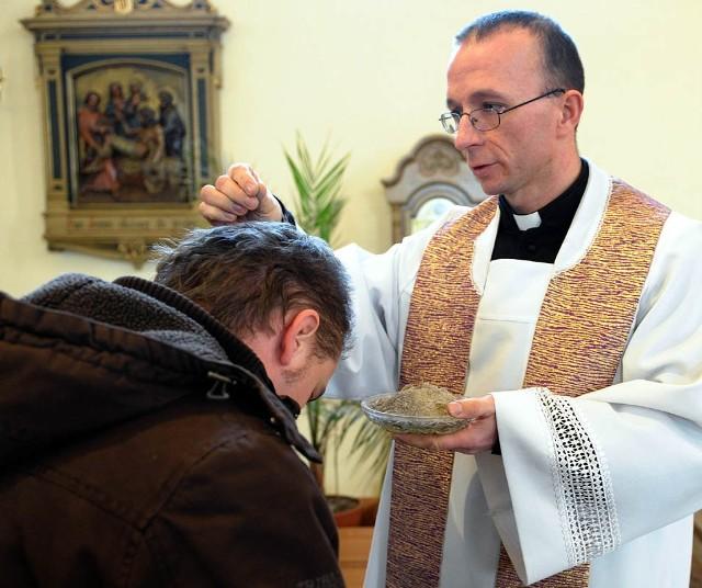 Popielec w PrzemyśluPrzypadająca dzisiaj Środa Popielcowa rozpoczyna 40-dniowy Wielki Post poprzedzający Wielkanoc. Podczas odprawianych w tym dniu mszy kaplani sypią popiól na glowy wiernych.