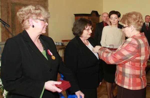 Wojewoda świetokrzyski Bożentyna Pałka-Koruba wręczyła w pałacu biskupów krakowskich z okazji jubileuszu złote medale za długoletnia pracę zasłużonym pracownikom - Bożenie Banasiewicz i Mirosławie Niedzielskiej.