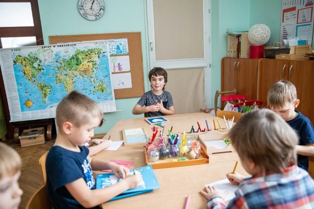 Od poniedziałku 19 kwietnia 2021 zostaną ponownie otwarte przedszkola i żłobki. W sprawie powrotu do szkół dzieci klas z I-III rząd nie podjął jeszcze decyzji. Na razie nadal będą uczyć się zdalnie. Nic nie wskazuje też na to, aby do stacjonarnej nauki wrócili starsi uczniowie ze szkół podstawowych oraz młodzież ze szkół ponadpodstawowych