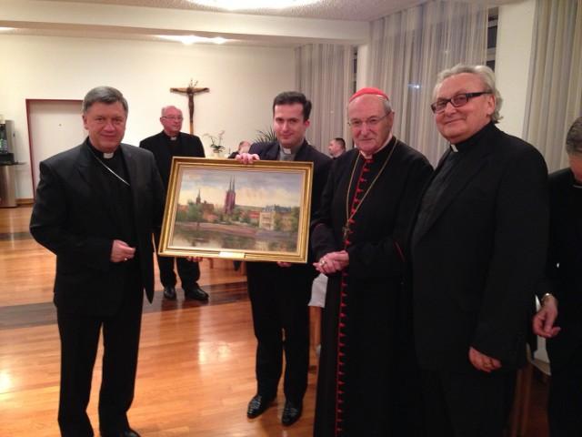 Arcybiskup Józef Kupny wręczył kardynałowi obraz, na którym jest Ostrów Tumski